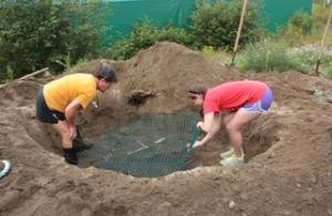 Education director Tracey Dean, and student Megan Corrigan placing mesh in sand hole. Photo taken by Melanie Badea 20/08/13